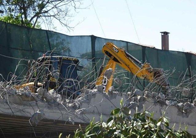 Rıza Sarraf'ın Kandilli sırtlarında restore edilen ve yeni kısımlar eklenen tarihi köşkünün bazı bölümleri belediye ekipleri tarafından yıkılmaya başlandı.