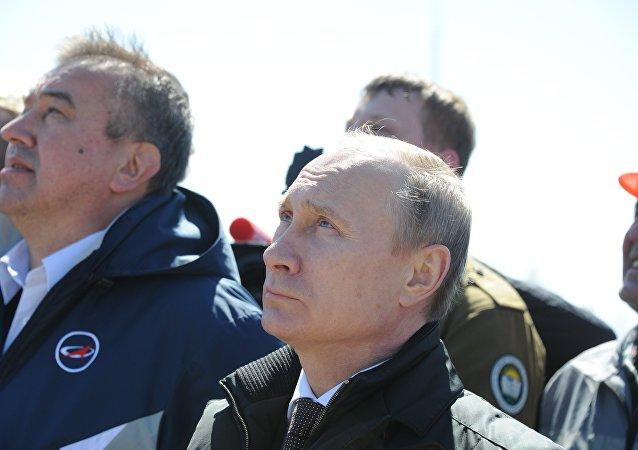 Rusya'nın uzak doğusunda inşa edilen yeni uzay üssü Vostoçnıy'dan bir ilk olarak bu sabah 05:01'de Soyuz-2.1a roketi fırlatıldı. Rusya Devlet Başkanı Vladimir Putin de fırlatma anına şahit oldu.