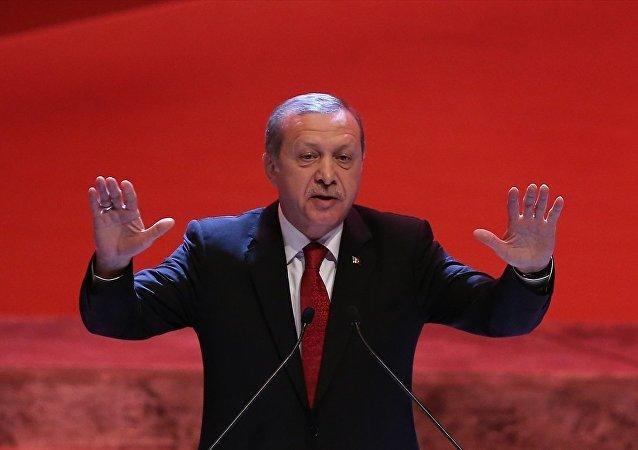 Recep Tayyip Erdoğan, İstanbul Lütfi Kırdar Uluslararası Kongre ve Sergi Sarayı'nda, Kut'ül Amare Zaferi'nin 100. yılı münasebetiyle düzenlenen kutlama merasimine katılarak konuşma yaptı.