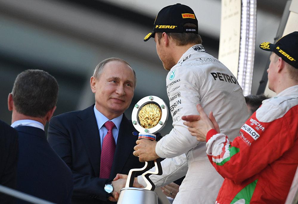 Formula 1 Soçi Grand Prix'inde gerçekleşen yarışın birincisi Nico Rosberd ödülünü Rusya Devlet Başkanı Vladimir Putin'den aldı.