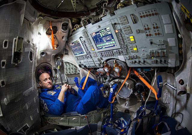 NASA Astronotu Scott Kelly'nin 4 Mart 2015 tarihinde Moskova'nın doğusunda bulunan Gagarin Kozmonot Eğitim Merkezi'ndeki(GCTC) Soyuz simülatöründe çekilmiş fotoğrafı.