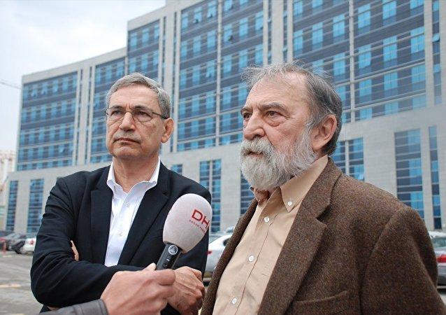 Yazar Murat Belge'nin (sağda), Taraf gazetesinde yayınlanan bir yazısında Cumhurbaşkanı Recep Tayyip Erdoğan'a hakaret ettiği iddiasıyla 4 yıla kadar hapis cezası istemiyle yargılanmasına başlandı. Belge, duruşmayı izleyen yazar Orhan Pamuk ile birlikte gazetecilere açıklama yaptı.