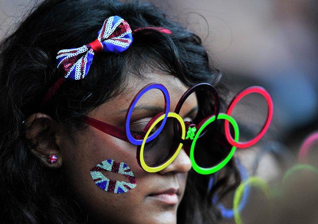 Londra'daki Yaz Olimpiyatları'nı takip eden bir seyirci.