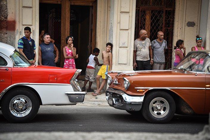 """Öte yandan Kübalılar bu şovu polis kordonunun arkasından ve balkonlarından izlemeye çalıştı. AFP ajansına konuşan 52 yaşındaki bir kadın """"Mankenleri daha yakından görebilmek isterdim"""" dedi. Kübalı manken Reinaldo Fonseca da """"Defileyi yakından izlememize izin vermemeleri utanç verici"""" ifadesini kullandı."""