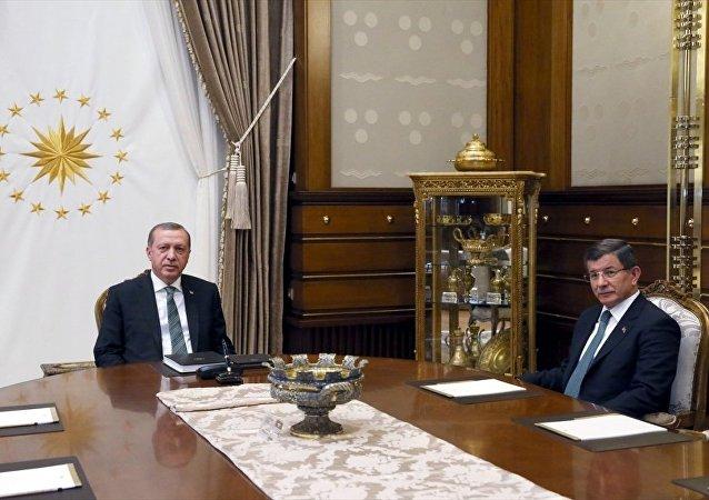 Cumhurbaşkanı Recep Tayyip Erdoğan, Cumhurbaşkanlığı Külliyesi'nde Başbakan Ahmet Davutoğlu'nu kabul etti.