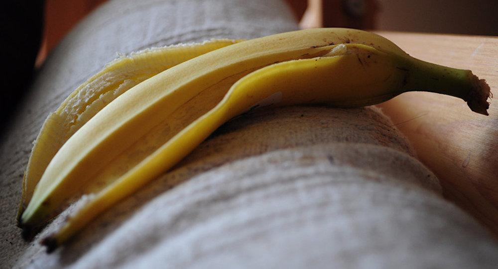 'Erotik' şekilde muz yemek ve jartiyer giymek yasak