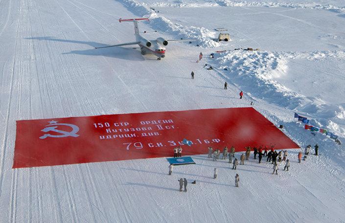 Zafer pankartı'nın en büyük kopyası Kuzey Kutbu'nda