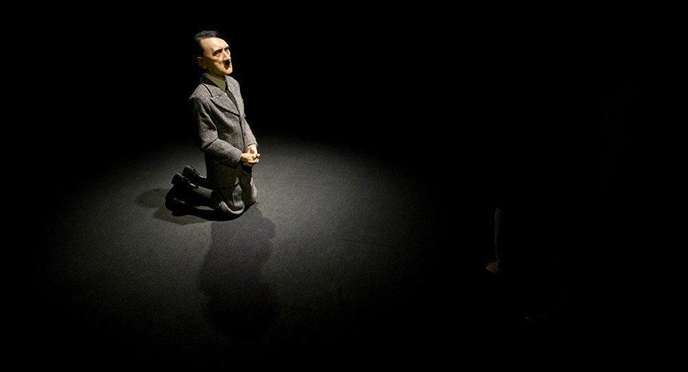 İtalyan heykeltraş Maurizio Cattelan'ın diz çöken Adolf Hitler heykeli