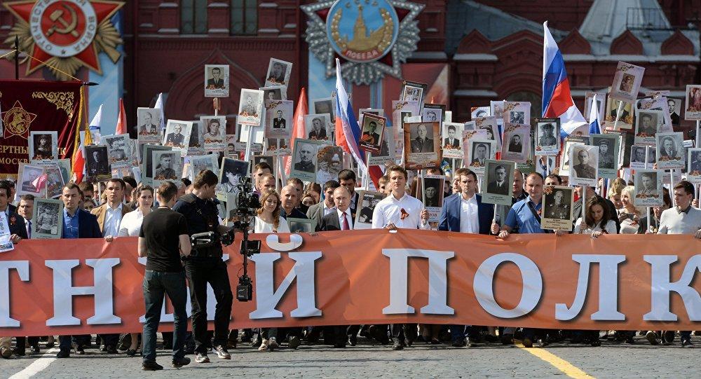 Rusya lideri Vladimir Putin 'Ölümsüz Alay' yürüyüşünde, İkinci Dünya Savaşı'nda mücadele eden babasının fotoğrafını taşıdı. / 2016