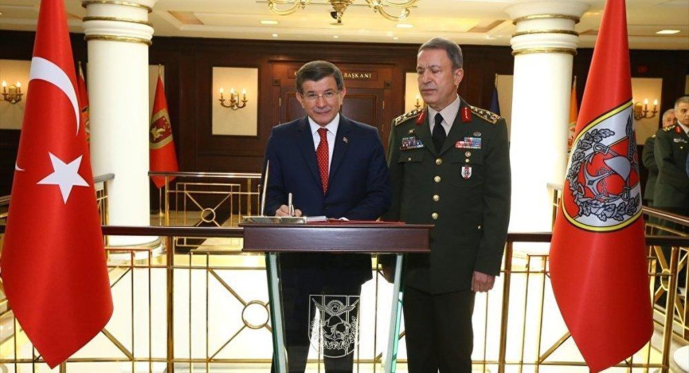 Başbakan Ahmet Davutoğlu, Genelkurmay Başkanı Orgeneral Hulusi Akar'ı Genelkurmay Başkanlığı'nda ziyaret etti. Davutoğlu, Genelkurmay Başkanlığı özel defterini imzaladı.