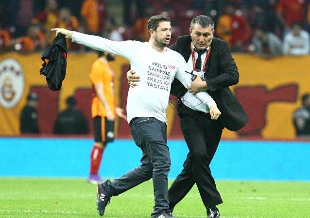 Galatasaray ile Beşiktaş arasında dün akşam oynanan derbi karşılaşmasında sahaya girerek tartışmalara neden olan Kilisli Ahmet Köse Canarslan o anları anlattı.