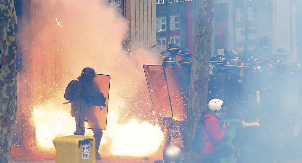 Fransız polisi, çalışma yasasının meclisten geçirilmesini protesto edenlere müdahalede bulundu.
