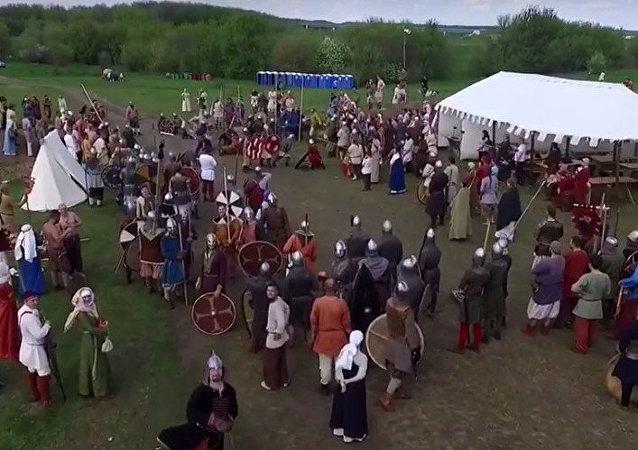 Rusya'nın Lipetsk bölgesinde, eski savaş geleneklerinin canlandırıldığı Rusborg festivalinde katılımcılardan biri mızrağını fırlatarak festival alanını görüntüleyen küçük bir İHA'yı vurdu.