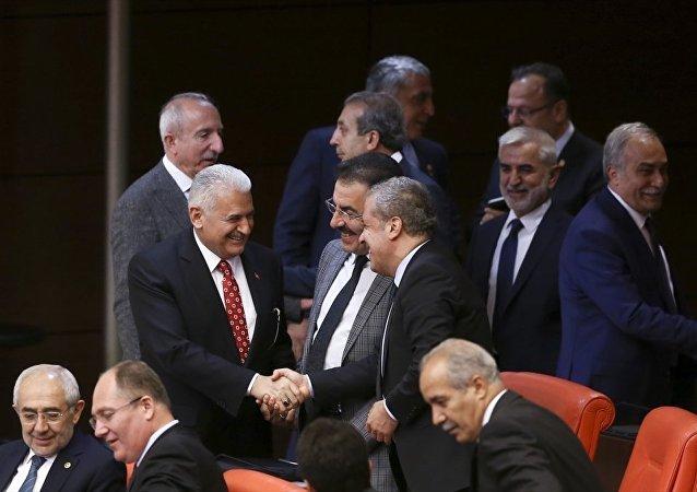 Ulaştırma Denizcilik ve Haberleşme Bakanı Binali Yıldırım (solda), TBMM Genel Kurul çalışmalarına katıldı. Yıldırım, AK Parti Milletvekilleri ile bir süre sohbet etti.