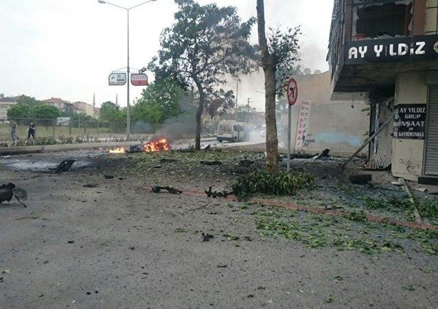 Sancaktepe'de askeri servis aracının geçişi sırasında park halindeki bir araçta patlama meydana geldi.