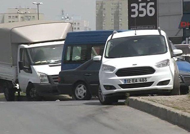 Sancaktepe'de dün yapılan bombalı saldırının ardından polisin bombalı olduğu şüphesiyle aradığı 12 EA 683 plakalı beyaz renkli hafif ticari bir araç, Zeytinburnu'nda bulundu.