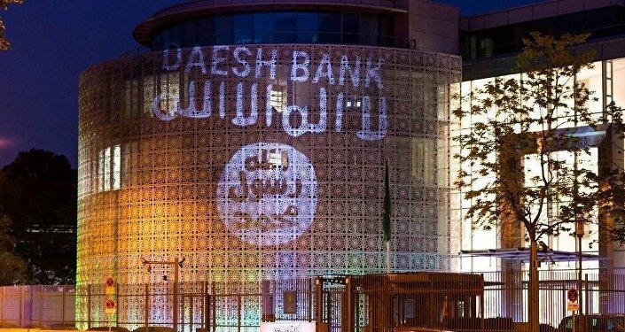 Almanya'da bir grup sanatçı, Berlin'deki Suudi Arabistan Büyükelçiliği'nin duvarlarına IŞİD bayrağı ve 'IŞİD Bankası' yazısı yansıttı.