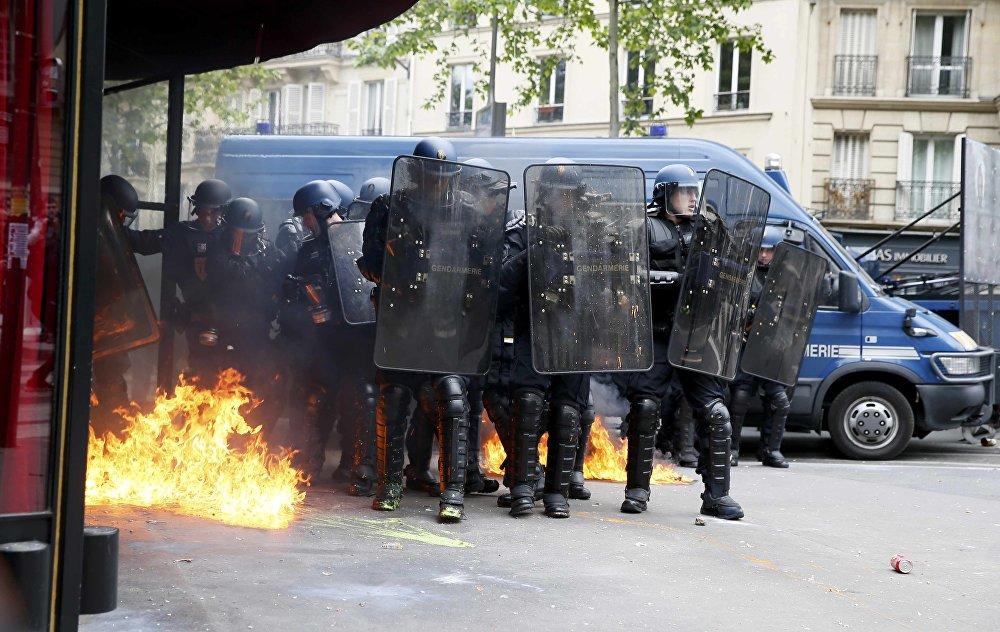 Göstericilerin de polise molotof kokteylleriyle karşılık verdiği ifade edildi.