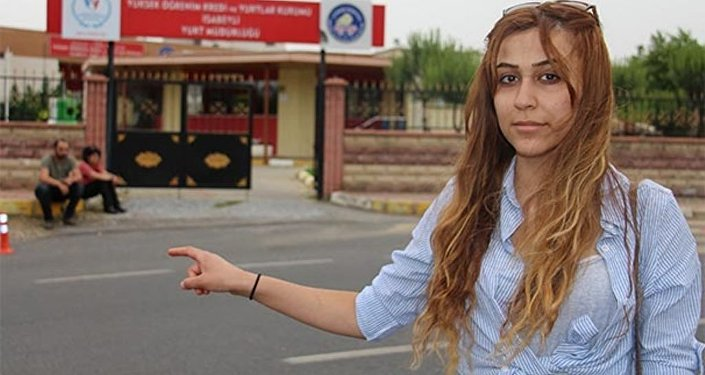 Aydın'ın Nazilli ilçesinde, 20 yaşındaki üniversite öğrencisi Pınar Çetinkaya'nın ailesiyle Kürtçe konuştuğu için bursu kesilip, yurttan atıldığı iddia edildi.