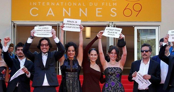 Cannes Rousseff'e destek eylemi