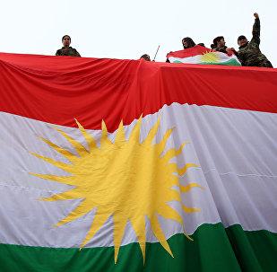 IKBY bayrağını sallayan Kürt gençleri.