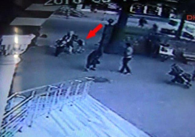 İstanbul'da sivil polisin açtığı ateş sonucu Suriyeli çocuğun hayatını kaybettiği olaya ilişkin görüntüler yayınlandı.