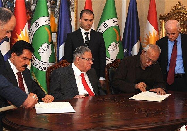 Eski Irak Cumhurbaşkanı Celal Talabani (orta) liderliğindeki Kürdistan Yurtseverler Birliği (KYB) ile Irak Kürt Bölgesel Yönetimi'nde (IKBY) muhalefetin başını çeken Goran (Değişim) Hareketi arasında siyasi anlaşma imzalandı. KYB Birinci Genel Sekreter Yardımcısı Kosret Resul (sol2) ve Goran Hareketi lideri Noşirvan Mustafa (sağ2) anlaşmayı imzaladı.