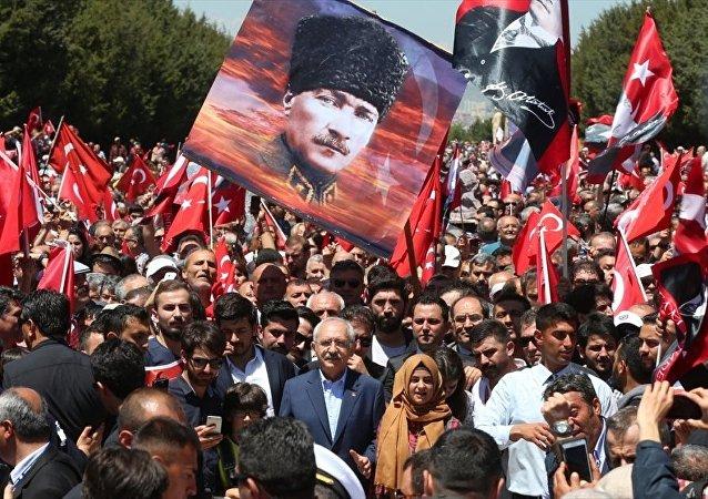 CHP Genel Başkanı Kemal Kılıçdaroğlu, CHP Gençlik Kollarının düzenlediği Anıtkabir yürüyüşüne katıldı. Kılıçdaroğlu, Anıtkabir'de kalabalık yüzünden yürümekte zorluk çekti.