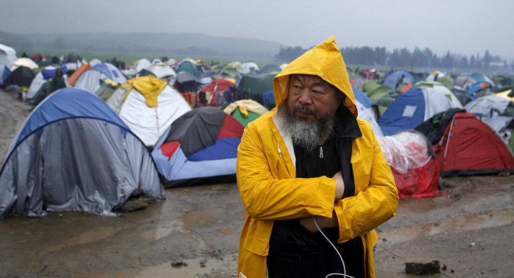 Çinli sanatçı Ai Weiwei, Idomeni sığınmacı kampında.