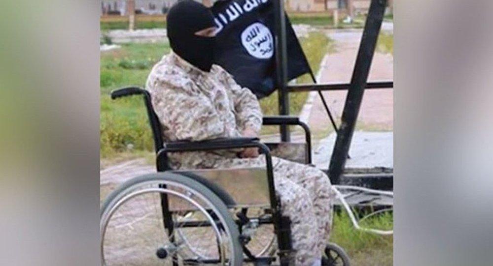 IŞİD'in Libya'da çekilen son propaganda filmlerinde görülen tekerlekli sandalyedeki engelli IŞİD militanı