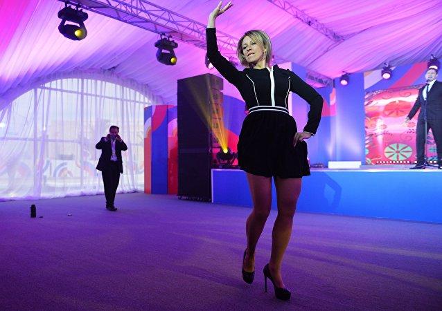 Mariya Zaharova, ASEAN_Rusya zirvesinin gala davetine katılanları büyüledi.
