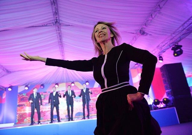 Zaharova, davetlilerden büyük alkış aldı.