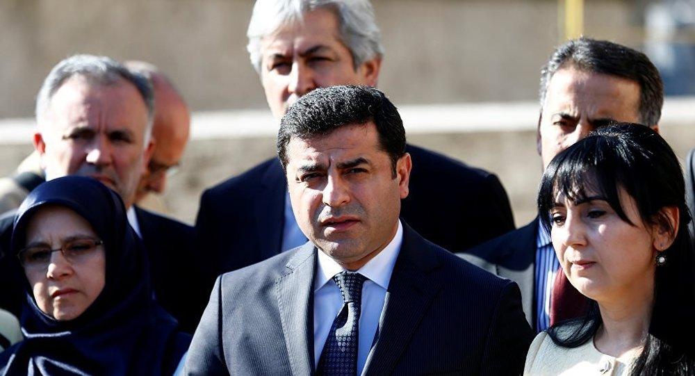 HDP Eş Başkanları Selahattin Demirtaş ve Figen Yüksekdağ, TBMM'de açıklama yaptı.