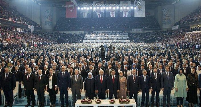 Cumhurbaşkanı Erdoğan'ın AK Parti 2. Olağanüstü Kongresi için gönderdiği mesaj, salondakiler tarafından ayakta dinlendi.