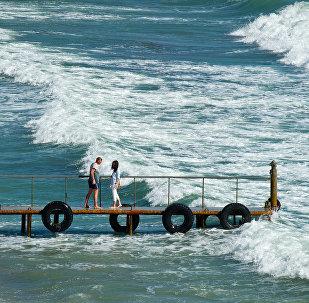 Kırım'ın Karadeniz sahilini gezen turistler.