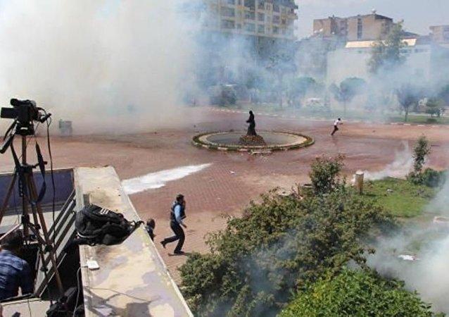 Mardin'in Kızıltepe ilçesinde, 'Darbeye karşı demokratik halk buluşması' sloganıyla miting düzenlemek isteyen HDP mitingi başlamadan, küçük yaştaki bir kişinin belediye önündeki direkte gönderdeki Türk bayrağını indirmesi üzerine, polis toplananlara göz yaşartıcı bomba ile müdahale etti.