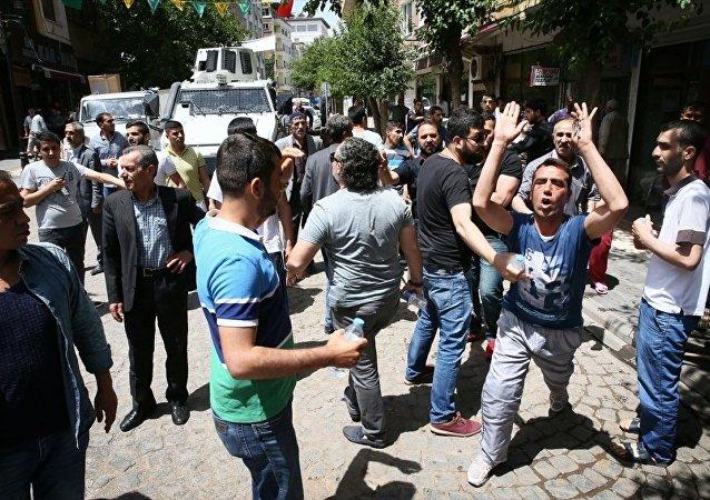 Diyarbakır'ın Sur ilçesinde vatandaşlar, HDP Grup Başkanvekili İdris Baluken, HDP Diyarbakır Milletvekilleri Nursel Aydoğan ve Sibel Yiğitalp'in de aralarında bulunduğu heyete tepki gösterdi.