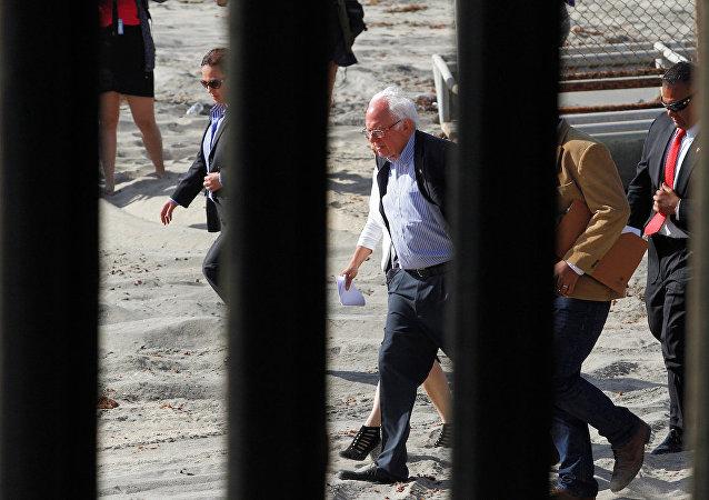 ABD Başkan adayı Bernie Sanders, Meksika sınırında.