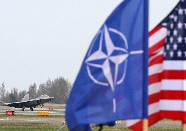 NATO - ABD - Litvanya bayrakları / ABD F-22 Raptor savaş uçağı / Litvanya Hava Kuvvetleri'ine ait  Siauliai Hava Üssü
