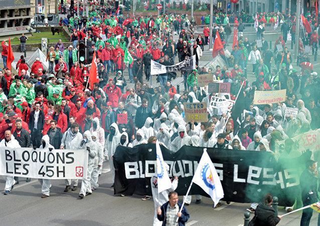 Belçikalılar çalışma yasasını başkent Brüksel'de protesto etti.