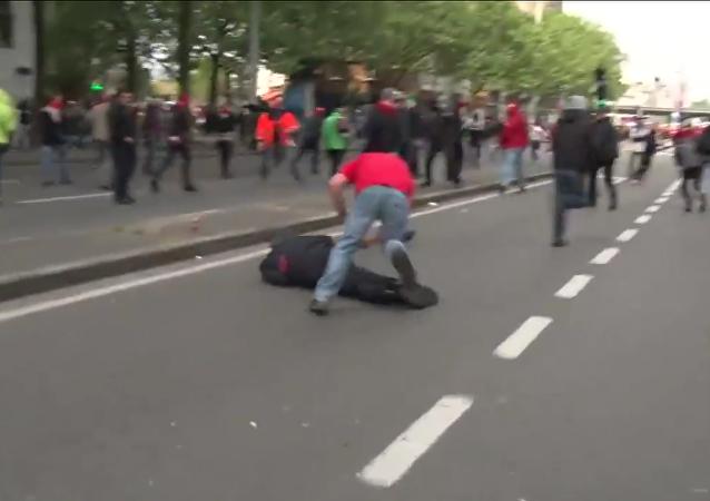 Eylemcinin yumruğu emniyet müdürünü yere yıktı
