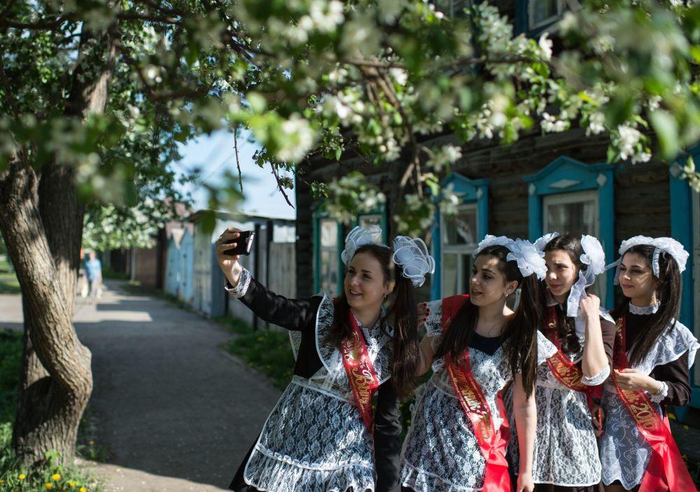 Rus ortaokul mezunları için son zil çaldı
