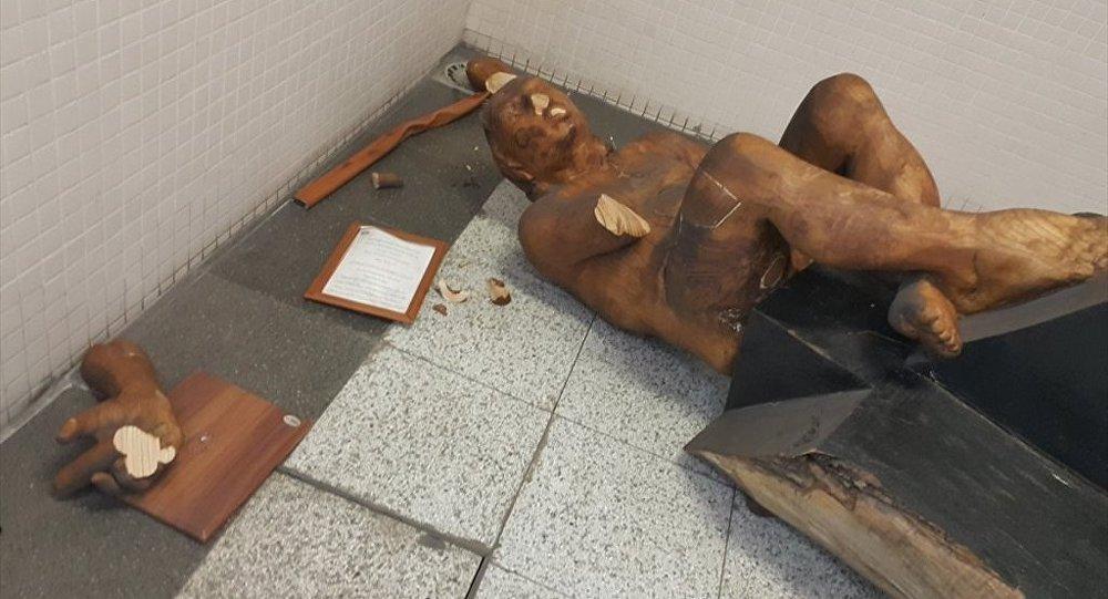 İzmir'de metro istasyonunda saldırıya uğrayan heykel