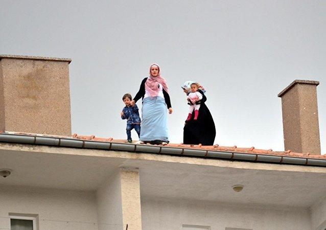 Cumhurbaşkanı Recep Tayyip Erdoğan, Kırşehir'de cuma namazı kıldı. Erdoğan'ın namaz kıldığı caminin hemen yanındaki 7 katlı apartmanın çatısına çıkan 3 kadın ve çocuklarını polisler güçlükle indirdi.