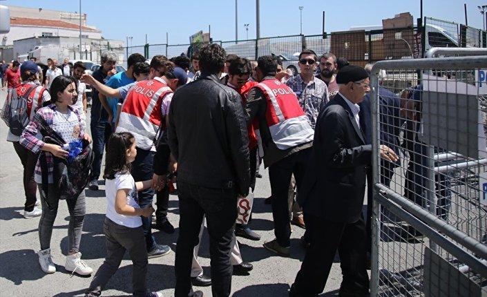 İstanbul'da yapılan Fetih Şöleni kapsamında çevik kuvvet ve sivil polisler geniş güvenlik önlemi aldı. Vatandaşlar üstleri arandıktan sonra alana alındı.
