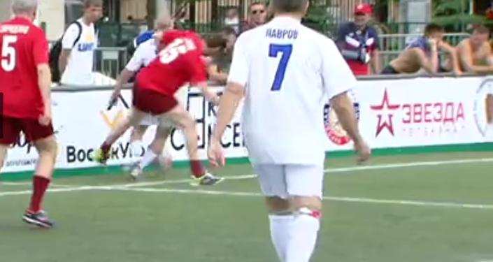 Rusya Dışişleri Bakanı Sergey Lavrov, Moskova'daki Lujniki Stadyumu'nda futbol oynadı ve takımı için bir gol attı.