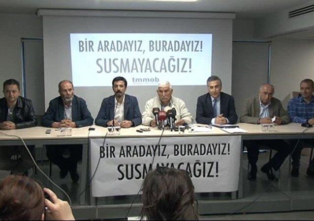 Türk Mühendis ve Mimar Odaları Birliği (TMMOB), Mimarlar Odası'nın kullanımında olan Yıldız Sarayı Dış Karakol binasının dün boşaltılması ve 15 kişinin gözaltına alınmasıyla ilgili bir basın toplantısı düzenledi.