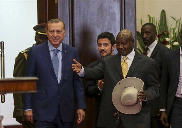 Cumhurbaşkanı Recep Tayyip Erdoğan'ın Afrika gezisinin ilk durağı olan Uganda'da iki ülke arasında diplomatik, askeri, savunma, eğitim, turizm, spor, enerji gibi alanlarda anlaşma ve mutabakat muhtıraları imzalandı. Anlaşma ve mutabakat muhtıraları, Cumhurbaşkanı Erdoğan ve Uganda Cumhurbaşkanı Yoweri Museveni huzurunda imzalandı.