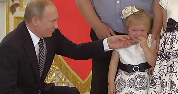 Putin, ağlayan küçük kızı teselli etti