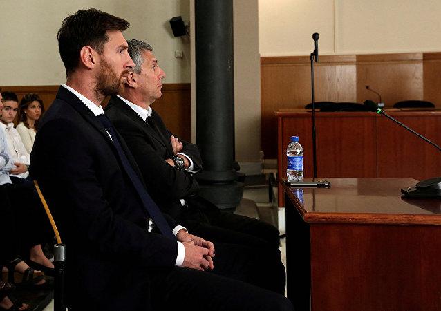 Lionel Messi hâkim karşısında.